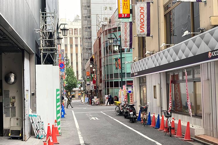 通りに出たら左へ、道なりに進みます。