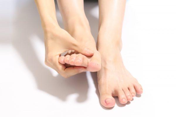 その足の指の付け根の痛みは中足骨骨頭部痛かもしれない!?